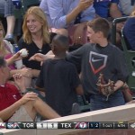 Garoto finge dar a bola do jogo para conquistar o coração da menina