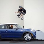 Tony Hawk pulando um mini cooper em movimento