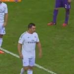 jogador invade campo com camisa do real