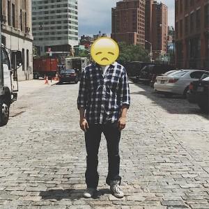 artista coloca emojis na vida real
