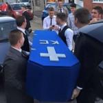 Amigos fazem funeral de amigo que começou a namorar e sumiu