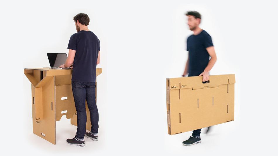 mesa de pé portatil feita com papelao