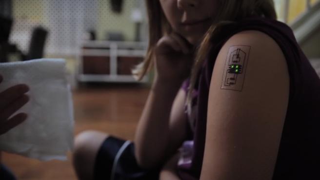 essa-tatuagem-funciona-como-um-monitor-de-saude-e-cartao-de-banco1