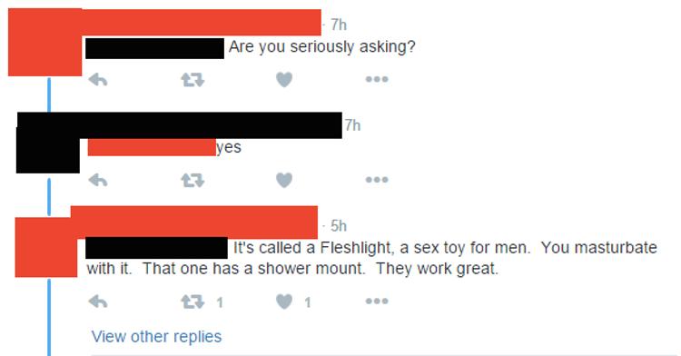 - É sério que você está perguntando? - Sim! - Isso se chama Fleshlight, um brinquedo erótico para homens. Você se masturba com isso. Com um suporte para banheiro. Eles trabalham bem!