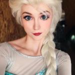 Sarah Ingle é uma mulher de 25 anos de idade atraente de Denver, Colorado e apaixonada pelas princesas da disney. A bela loira gastou mais de $ 14.000 em trajes feitos sob medida, e perfeitamente reais