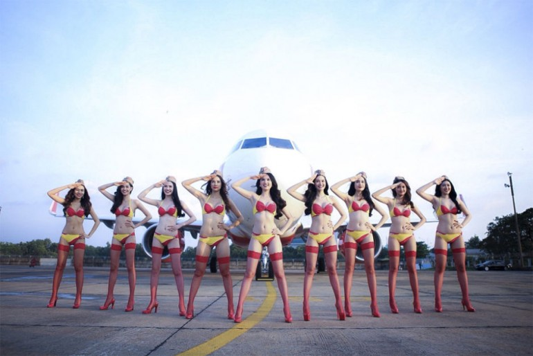 Comissárias de bordo da empresa ViaJet de biquíni