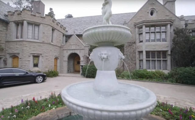 Hugh Hefner vendeu a mansão da Playboy para o dono da marca Twinkie pela quantia de 200 milhões de dólares
