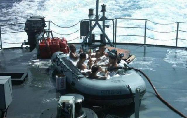 militares-se-divertindo-em-servico9