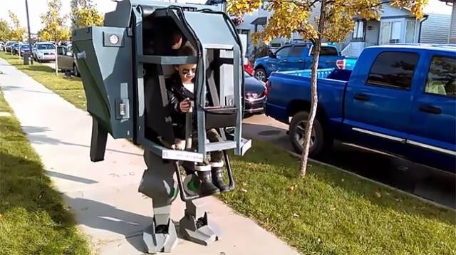 Tem Na Web - A fantasia de uma máquina real que o pai criou para o seu filho