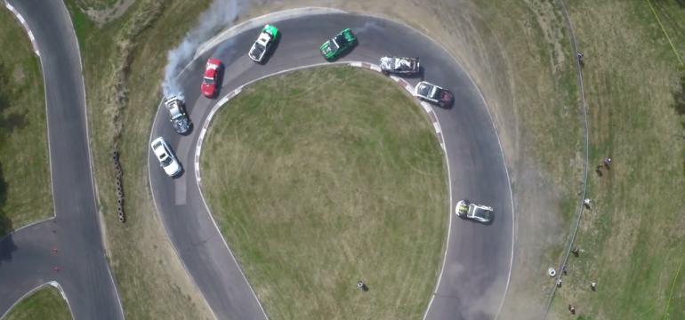 Já viu doze carros fazendo drift?