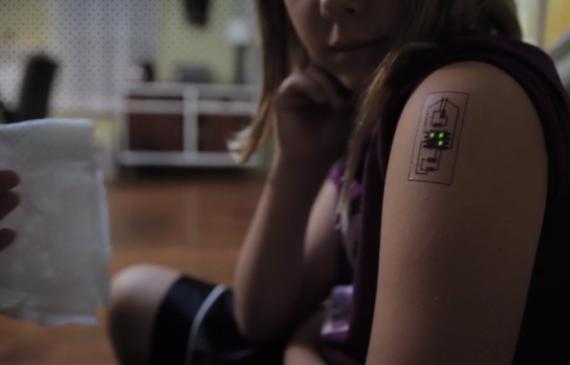 Essa tatuagem funciona como um monitor de saúde e cartão de banco