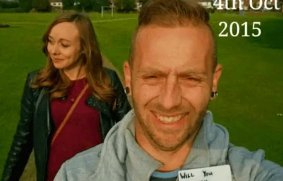 """Homem passa 5 meses tirando fotos com a namorada e escondendo uma placa com a frase """"você quer se casar comigo?"""""""