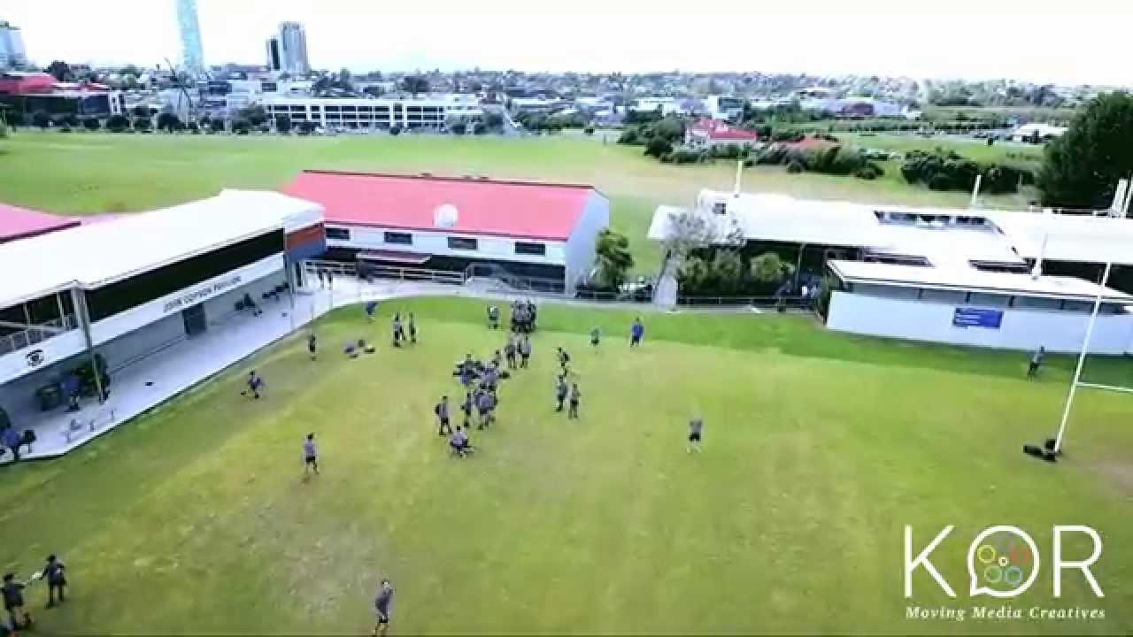 Estudante derruba drone com um chute perfeito