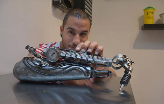 Tatuador perdeu o braço e ganhou uma prótese irada para continuar fazendo o que ama
