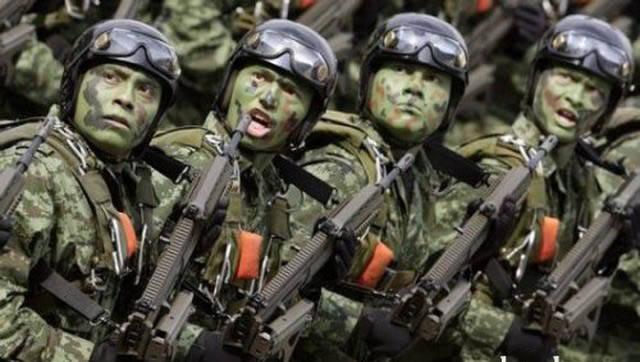 militares-se-divertindo-em-servico12