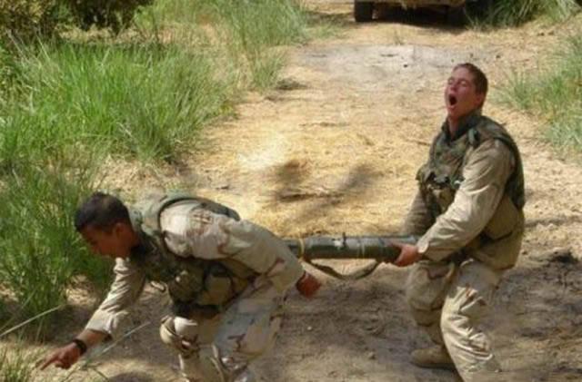 militares-se-divertindo-em-servico18