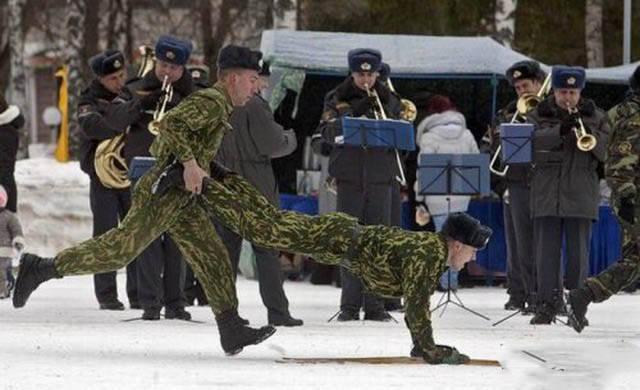 militares-se-divertindo-em-servico6