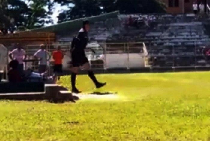 Árbitro é agredido por marcar pênalti e puxa arma para jogador